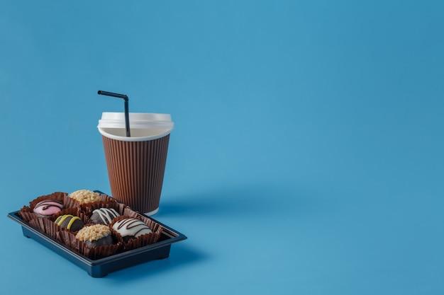 Tasse de café et biscuits au chocolat