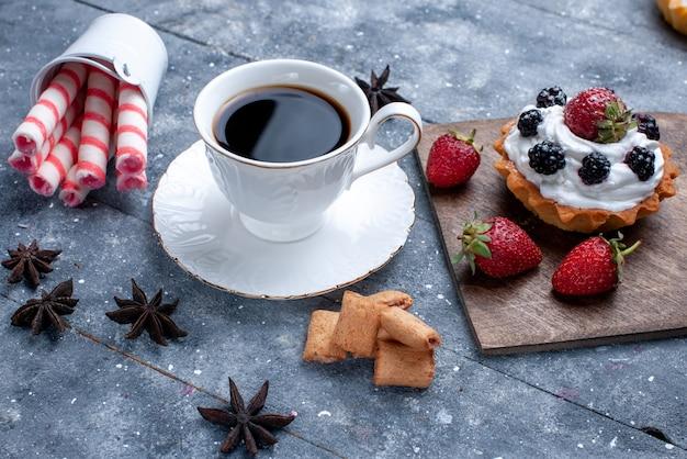 Tasse de café avec des biscuits aux fraises rouges bonbons bâton rose sur lumineux, cookie candy biscuit café berry biscuit