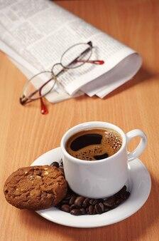 Tasse de café et biscuits aux pépites de chocolat