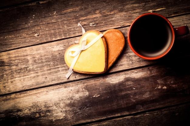 Tasse de café et biscuits sur le bois brun