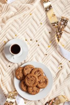 Tasse de café et biscuits sur une couverture tricotée