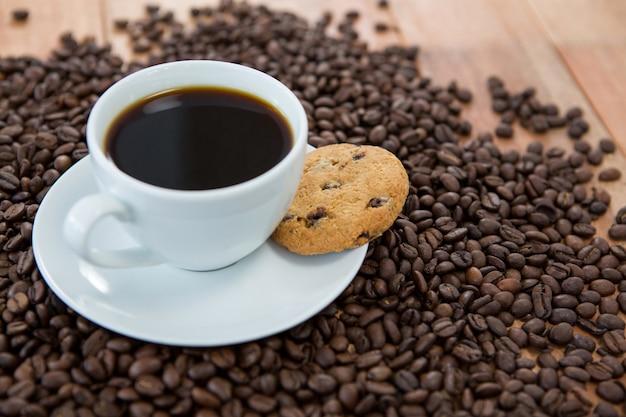 Tasse à café avec biscuits et grains de café