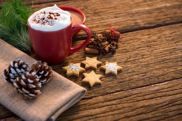 Tasse de café avec des biscuits de noël