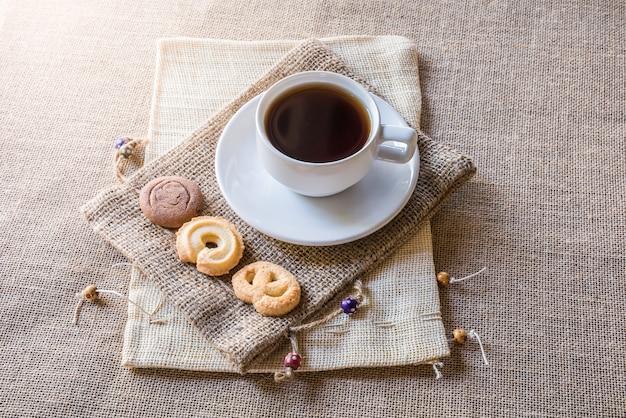 Tasse de café et des biscuits sur sac à dos sur un sac