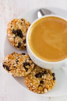Tasse de café avec des biscuits