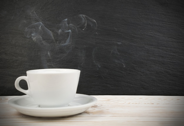 Tasse de café blanc et vapeur