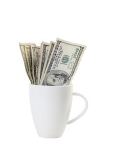Tasse à café blanche avec 100 dollars isolé sur fond blanc