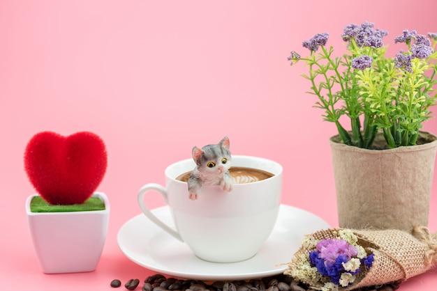 Tasse à café blanche avec chat