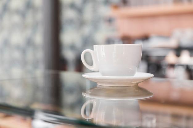 Tasse à café blanche dans un café