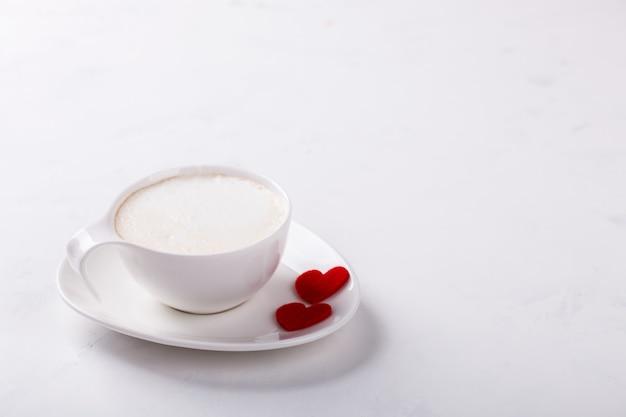 Tasse à café blanche avec du lait