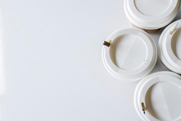 Tasse de café blanche sur fond de tableau blanc. vue de dessus. mise à plat