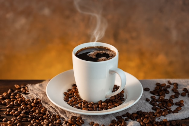 Tasse à café blanche et grains de café