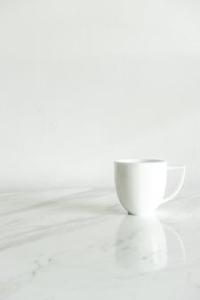 Tasse à café blanche sur table en marbre