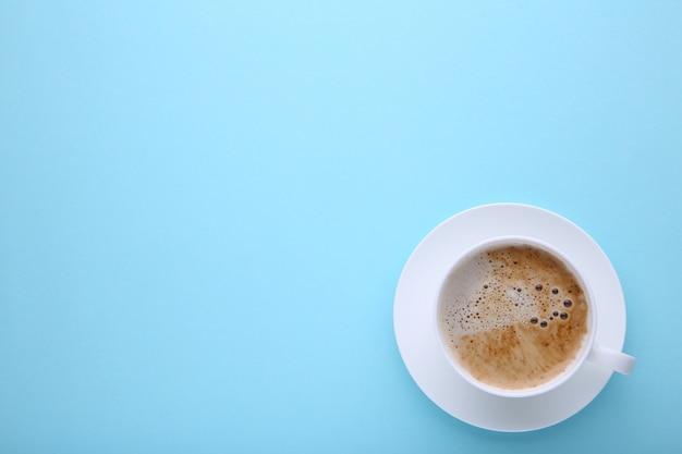 Tasse de café sur bleu, poser à plat