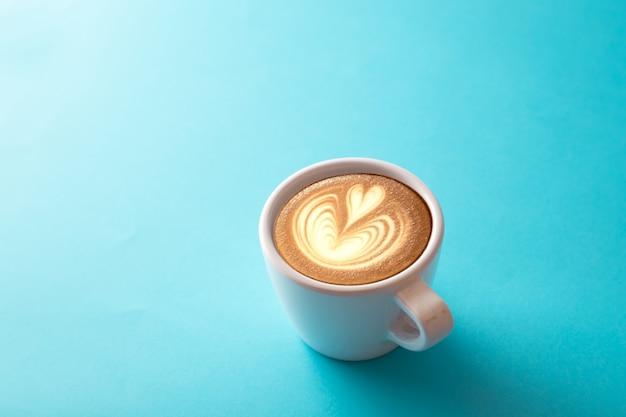 Tasse de café sur bleu