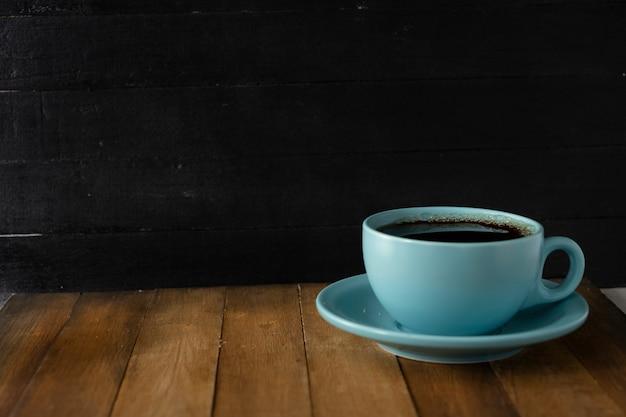 Tasse à café bleue sur fond noir