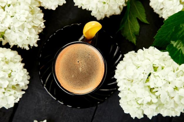Tasse de café avec bouquet d'hortensia
