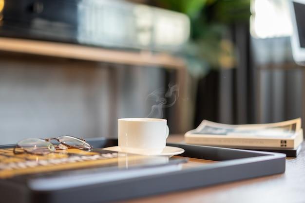 Tasse de café sur le bureau le matin.