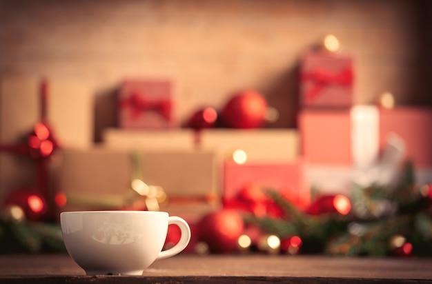Tasse de café et cadeaux de noël sur fond