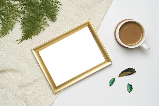 Tasse de café et cadre photo en or mock up