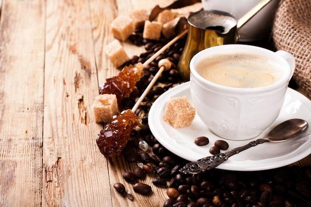 Tasse à café et cafetière expresso