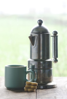 Tasse à café et cafetière italienne.