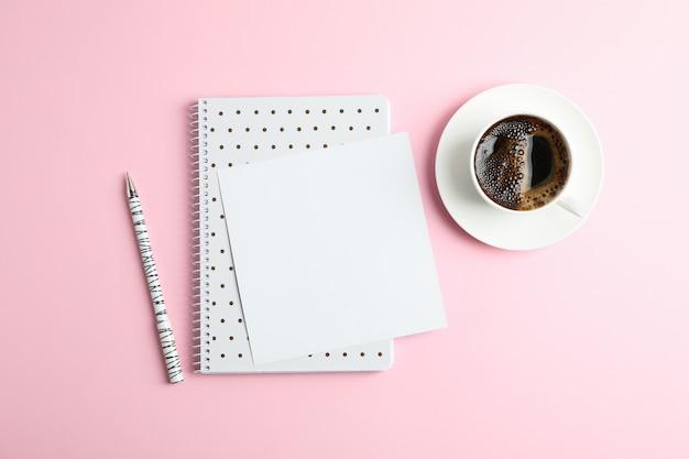 Tasse de café avec cahier et stylo, vue de dessus