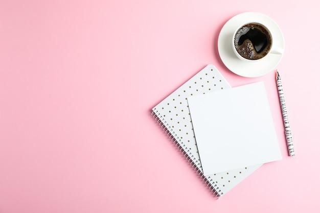 Tasse de café avec cahier et stylo