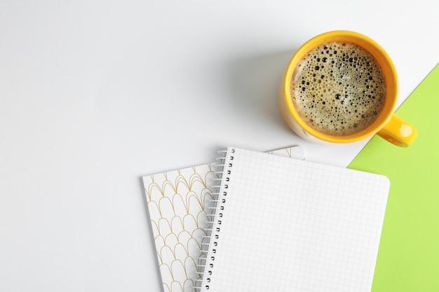 Tasse de café avec cahiers, vue de dessus