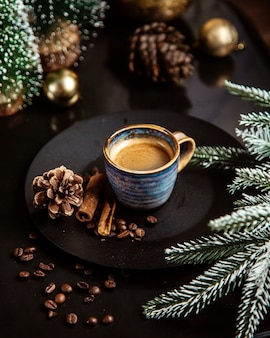 Une tasse de café et de cannelle