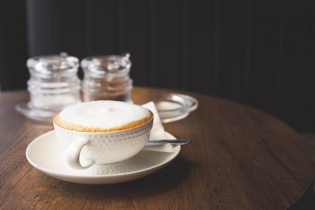 Tasse à café de cappuccino au café sur la table en bois.