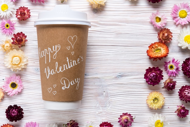 Tasse à café avec carte de voeux happy valentines day