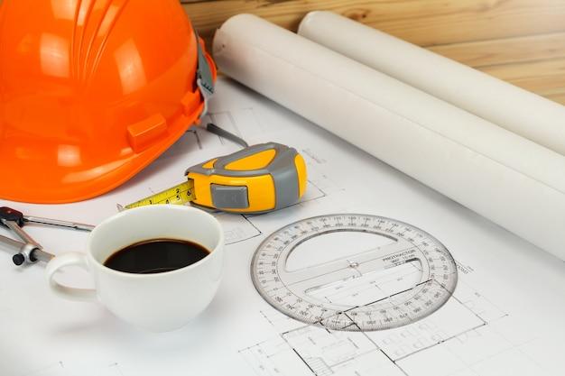 Tasse de café avec casque et etc. sur blueprint, concept architectural
