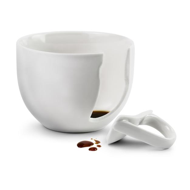Tasse à café cassée isolée sur blanc