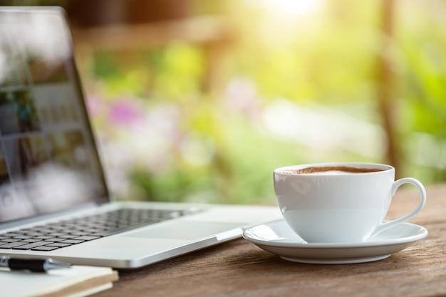 Tasse à café en céramique blanche sur une table ou un comptoir en bois