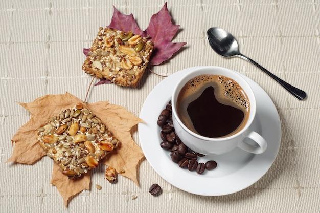 Tasse de café chaud et biscuits aux noix sur table avec nappe