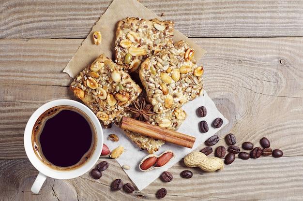 Tasse de café chaud et biscuits aux noix sur une vieille table en bois, vue d'en haut
