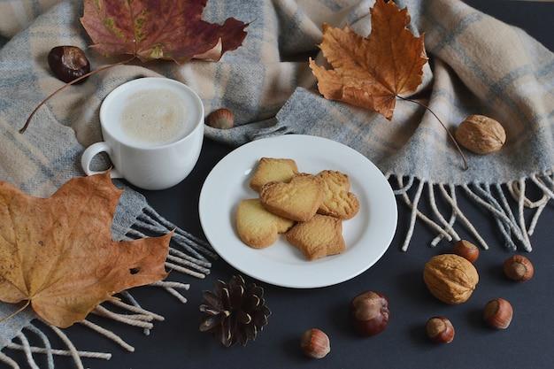 Tasse avec café chaud cappuccino automne temps feuilles jaunes châtaignes