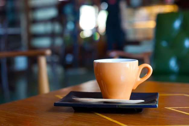 Tasse de café chaud dans un café.