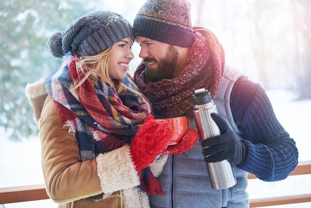 Tasse de café chaud dans le paysage d'hiver