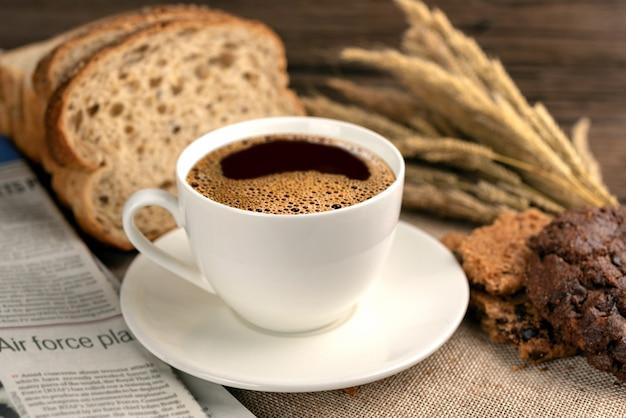 Tasse de café chaud et petit déjeuner