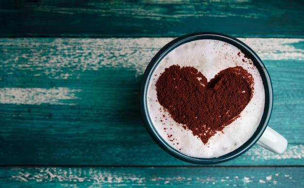 Tasse de café chaud posée sur la table
