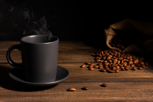 Tasse de café chaud sur une table en bois