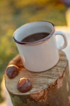 Tasse de café et chocolats sur le coffre