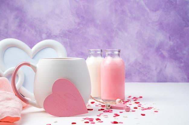 Tasse à café et coeur rose sur fond romantique.