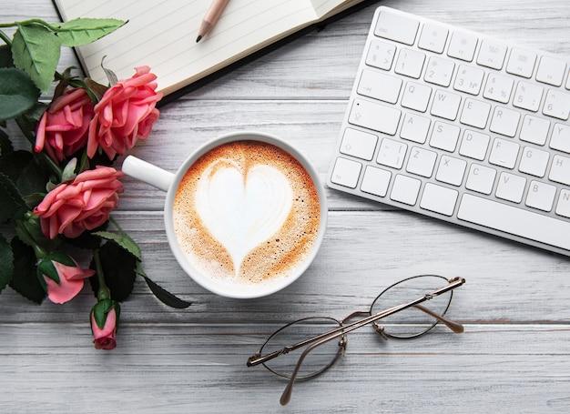 Une tasse de café avec coeur sur une table