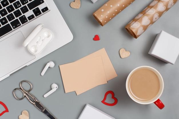 Tasse de café, coeurs, ordinateur portable, écouteurs, ciseaux, coffrets cadeaux et papier cadeau