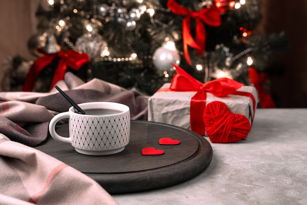 Une tasse de café avec des coeurs rouges avec décoration de noël