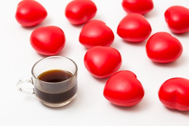 Tasse de café avec des coeurs sur la table blanche. vue de dessus avec espace de copie. fond de la saint-valentin