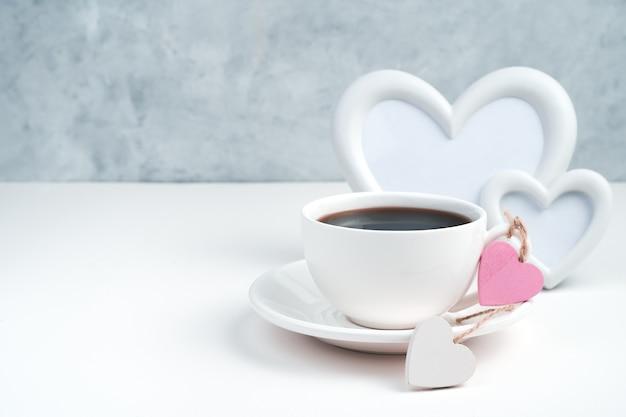 Tasse de café et coeurs